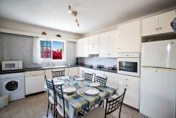 Кухня. Кипр, Нисси Бич : Прекрасная вилла с 4-мя спальнями, с большим бассейном, солнечной террасой с патио и барбекю