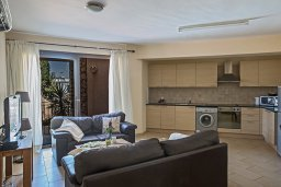 Гостиная. Кипр, Центр Айя Напы : Апартамент с большой гостиной, двумя отдельными спальнями и террасой, расположен в комплексе с общим бассейном в 400 метрах от пляжа Limanaki beach