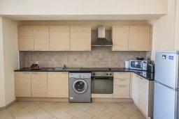 Кухня. Кипр, Центр Айя Напы : Апартамент с большой гостиной, двумя отдельными спальнями и террасой, расположен в комплексе с общим бассейном в 400 метрах от пляжа Limanaki beach