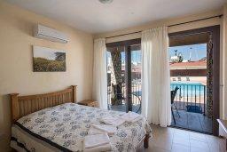 Спальня. Кипр, Центр Айя Напы : Апартамент с большой гостиной, двумя отдельными спальнями и террасой, расположен в комплексе с общим бассейном в 400 метрах от пляжа Limanaki beach