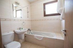 Ванная комната. Кипр, Центр Айя Напы : Апартамент с большой гостиной, двумя отдельными спальнями и террасой, расположен в комплексе с общим бассейном в 400 метрах от пляжа Limanaki beach