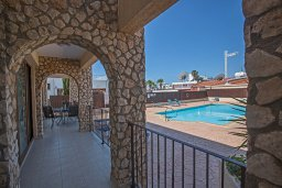 Терраса. Кипр, Центр Айя Напы : Апартамент с большой гостиной, двумя отдельными спальнями и террасой, расположен в комплексе с общим бассейном в 400 метрах от пляжа Limanaki beach