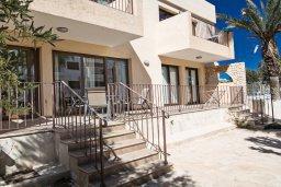 Терраса. Кипр, Центр Айя Напы : Современный просторный апартамент с большой гостиной, двумя отдельными спальнями и террасой, в комплексе с общим бассейном