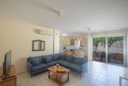 Кухня. Кипр, Центр Айя Напы : Апартамент с большой гостиной, двумя отдельными спальнями, двумя ванными комнатами и террасой, расположен в комплексе с общим бассейном в 400 метрах от пляжа Limanaki beach