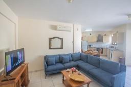 Гостиная. Кипр, Центр Айя Напы : Апартамент с большой гостиной, двумя отдельными спальнями, двумя ванными комнатами и террасой, расположен в комплексе с общим бассейном в 400 метрах от пляжа Limanaki beach