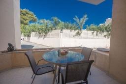 Балкон. Кипр, Центр Айя Напы : Апартамент с большой гостиной, двумя отдельными спальнями, двумя ванными комнатами и террасой, расположен в комплексе с общим бассейном в 400 метрах от пляжа Limanaki beach