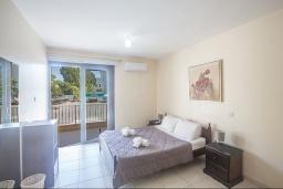 Спальня. Кипр, Центр Айя Напы : Апартамент с большой гостиной, двумя отдельными спальнями, двумя ванными комнатами и террасой, расположен в комплексе с общим бассейном в 400 метрах от пляжа Limanaki beach