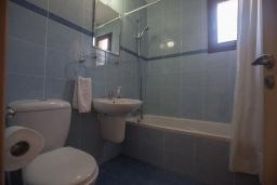 Ванная комната 2. Кипр, Центр Айя Напы : Апартамент с большой гостиной, двумя отдельными спальнями, двумя ванными комнатами и террасой, расположен в комплексе с общим бассейном в 400 метрах от пляжа Limanaki beach