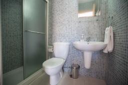 Ванная комната. Кипр, Центр Айя Напы : Апартамент с большой гостиной, двумя отдельными спальнями, двумя ванными комнатами и террасой, расположен в комплексе с общим бассейном в 400 метрах от пляжа Limanaki beach
