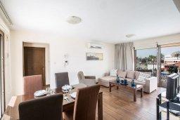 Гостиная. Кипр, Центр Айя Напы : Современный апартамент с 2-мя спальнями и балконом, расположен в комплексе с общим бассейном в 400 метрах от пляжа Limanaki beach