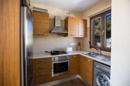 Кухня. Кипр, Центр Айя Напы : Современный апартамент с 2-мя спальнями и балконом, расположен в комплексе с общим бассейном в 400 метрах от пляжа Limanaki beach