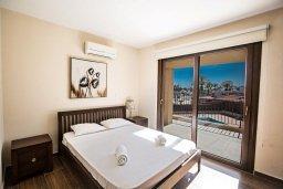 Спальня. Кипр, Центр Айя Напы : Современный апартамент с 2-мя спальнями и балконом, расположен в комплексе с общим бассейном в 400 метрах от пляжа Limanaki beach