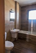 Ванная комната. Кипр, Центр Айя Напы : Современный апартамент с 2-мя спальнями и балконом, расположен в комплексе с общим бассейном в 400 метрах от пляжа Limanaki beach