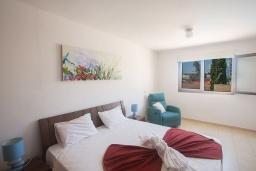 Спальня. Кипр, Центр Айя Напы : Уютный апартамент с отдельной спальней и балконом, расположен в комплексе с общим бассейном в 400 метрах от пляжа Limanaki beach