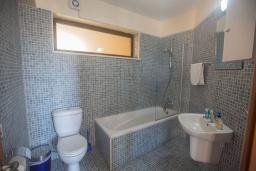 Ванная комната. Кипр, Центр Айя Напы : Уютный апартамент с отдельной спальней и балконом, расположен в комплексе с общим бассейном в 400 метрах от пляжа Limanaki beach