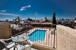Балкон. Кипр, Центр Айя Напы : Комфортабельный апартамент с отдельной спальней и балконом, в комплексе с общим бассейном