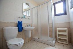 Ванная комната. Кипр, Центр Айя Напы : Апартамент с большой гостиной, двумя отдельными спальнями и балконом, в комплексе с общим бассейном