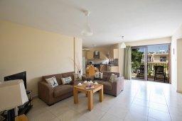 Гостиная. Кипр, Центр Айя Напы : Апартамент с большой гостиной, двумя отдельными спальнями, двумя ванными комнатами и балконом, расположен в комплексе с общим бассейном в 400 метрах от пляжа Limanaki beach
