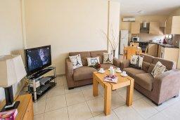 Гостиная. Кипр, Центр Айя Напы : Апартамент с большой гостиной, двумя отдельными спальнями, двумя ванными комнатами и балконом