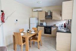 Кухня. Кипр, Центр Айя Напы : Апартамент с большой гостиной, двумя отдельными спальнями, двумя ванными комнатами и балконом, расположен в комплексе с общим бассейном в 400 метрах от пляжа Limanaki beach