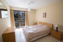 Спальня. Кипр, Центр Айя Напы : Апартамент с большой гостиной, двумя отдельными спальнями, двумя ванными комнатами и балконом, расположен в комплексе с общим бассейном в 400 метрах от пляжа Limanaki beach