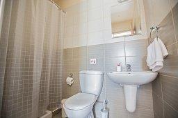 Ванная комната. Кипр, Центр Айя Напы : Апартамент с большой гостиной, двумя отдельными спальнями, двумя ванными комнатами и балконом, расположен в комплексе с общим бассейном в 400 метрах от пляжа Limanaki beach
