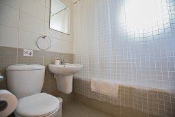 Ванная комната 2. Кипр, Центр Айя Напы : Апартамент с большой гостиной, двумя отдельными спальнями, двумя ванными комнатами и балконом, расположен в комплексе с общим бассейном в 400 метрах от пляжа Limanaki beach