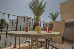 Балкон. Кипр, Центр Айя Напы : Апартамент с большой гостиной, двумя отдельными спальнями, двумя ванными комнатами и балконом, расположен в комплексе с общим бассейном в 400 метрах от пляжа Limanaki beach