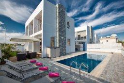 Фасад дома. Кипр, Каппарис : Современная и роскошная вилла с 3-мя спальнями, с просторным бассейном, патио и барбекю