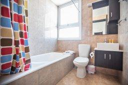 Ванная комната. Кипр, Каппарис : Потрясающая современная вилла с 3-мя спальнями, с просторным бассейном, солнечной террасой с патио и барбекю