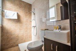 Ванная комната 2. Кипр, Каппарис : Потрясающая современная вилла с 3-мя спальнями, с просторным бассейном, солнечной террасой с патио и барбекю