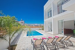 Бассейн. Кипр, Каппарис : Современная комфортабельная вилла с 3-мя спальнями, с просторным бассейном и солнечной террасой с барбекю