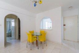 Обеденная зона. Кипр, Гермасойя Лимассол : Апартамент в 100 метрах от моря в комплексе с бассейном, с гостиной, двумя спальнями, двумя ванными комнатами и балконом с боковым видом на море