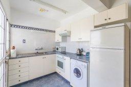 Кухня. Кипр, Гермасойя Лимассол : Апартамент в 100 метрах от моря в комплексе с бассейном, с гостиной, двумя спальнями, двумя ванными комнатами и балконом с боковым видом на море