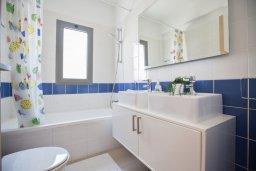 Ванная комната. Кипр, Лачи : Потрясающая вилла с 3-мя спальнями, с панорамным видом на море и горы Troodos, с бассейном и солнечной террасой