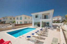 Вид на виллу/дом снаружи. Кипр, Фиг Три Бэй Протарас : Красивая и современная вилла с видом на Средиземное море, с 4-мя спальнями, с бассейном, солнечной террасой, расположена на побережье Протараса недалеко от пляжа Fig Tree Bay