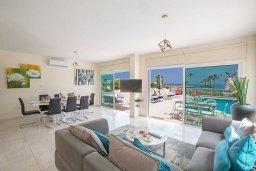 Гостиная. Кипр, Фиг Три Бэй Протарас : Красивая и современная вилла с видом на Средиземное море, с 4-мя спальнями, с бассейном, солнечной террасой, расположена на побережье Протараса недалеко от пляжа Fig Tree Bay