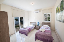 Спальня. Кипр, Фиг Три Бэй Протарас : Красивая и современная вилла с видом на Средиземное море, с 4-мя спальнями, с бассейном, солнечной террасой, расположена на побережье Протараса недалеко от пляжа Fig Tree Bay