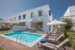 Вид на виллу/дом снаружи. Кипр, Фиг Три Бэй Протарас : Красивая и элегантная вилла на побережье, с 4-мя спальнями и панорамным видом на море, с большим бассейном, солнечной террасой с патио, расположена около пляжа Fig Tree Bay