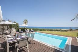 Терраса. Кипр, Фиг Три Бэй Протарас : Красивая и элегантная вилла на побережье, с 4-мя спальнями и панорамным видом на море, с большим бассейном, солнечной террасой с патио, расположена около пляжа Fig Tree Bay