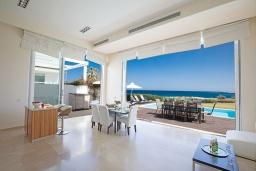 Гостиная. Кипр, Фиг Три Бэй Протарас : Красивая и элегантная вилла на побережье, с 4-мя спальнями и панорамным видом на море, с большим бассейном, солнечной террасой с патио, расположена около пляжа Fig Tree Bay