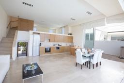 Кухня. Кипр, Фиг Три Бэй Протарас : Красивая и элегантная вилла на побережье, с 4-мя спальнями и панорамным видом на море, с большим бассейном, солнечной террасой с патио, расположена около пляжа Fig Tree Bay