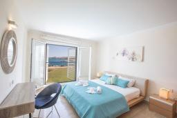 Спальня. Кипр, Фиг Три Бэй Протарас : Красивая и элегантная вилла на побережье, с 4-мя спальнями и панорамным видом на море, с большим бассейном, солнечной террасой с патио, расположена около пляжа Fig Tree Bay
