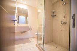 Ванная комната. Кипр, Фиг Три Бэй Протарас : Красивая и элегантная вилла на побережье, с 4-мя спальнями и панорамным видом на море, с большим бассейном, солнечной террасой с патио, расположена около пляжа Fig Tree Bay