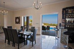 Обеденная зона. Кипр, Санрайз Протарас : Роскошная вилла с панорамным видом на море, с 7-ю спальнями, игровой комнатой, с большим бассейном, прекрасным садом с кухней и баром с барбекю