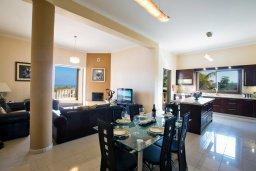 Гостиная. Кипр, Санрайз Протарас : Роскошная вилла с панорамным видом на море, с 7-ю спальнями, игровой комнатой, с большим бассейном, прекрасным садом с кухней и баром с барбекю