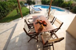 Зона отдыха у бассейна. Кипр, Писсури : Вилла с бассейном, гостиной, тремя спальнями, тремя ванными комнатами, двориком, местом для барбекю, парковкой, Wi-Fi
