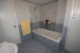 Ванная комната. Кипр, Писсури : Вилла с бассейном, большой гостиной, 3 спальни, 3 ванные комнаты, место для барбекю, дворик, парковка, Wi-Fi