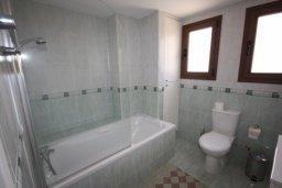 Ванная комната. Кипр, Писсури : Двухэтажная вилла с бассейном и зеленым двориком, большая гостиная, 3 спальни, 3 ванные комнаты, место для барбекю, парковка, Wi-Fi