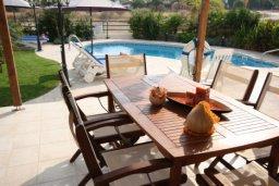 Зона отдыха у бассейна. Кипр, Писсури : Двухэтажная вилла с бассейном и зеленым двориком, большая гостиная, 3 спальни, 3 ванные комнаты, место для барбекю, парковка, Wi-Fi